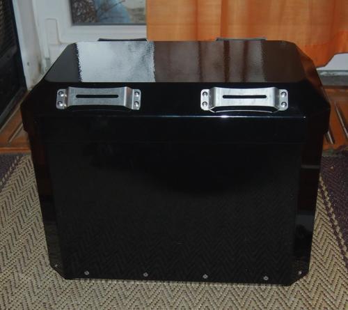 Zcela nový kufr s broušenými sváry a uchycením na puky v černé lesklé práškové barvě