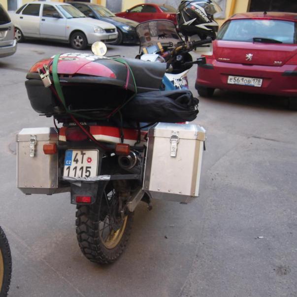 Srovnávat jak dopadly po nárazu zezadu plastové a hliníkové kufry je nejspíše zbytečne :)