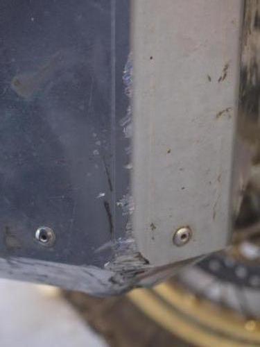 Přední vnější roh poškrábaný od sklouznutí po asfaltu - na funkci to nemá vliv